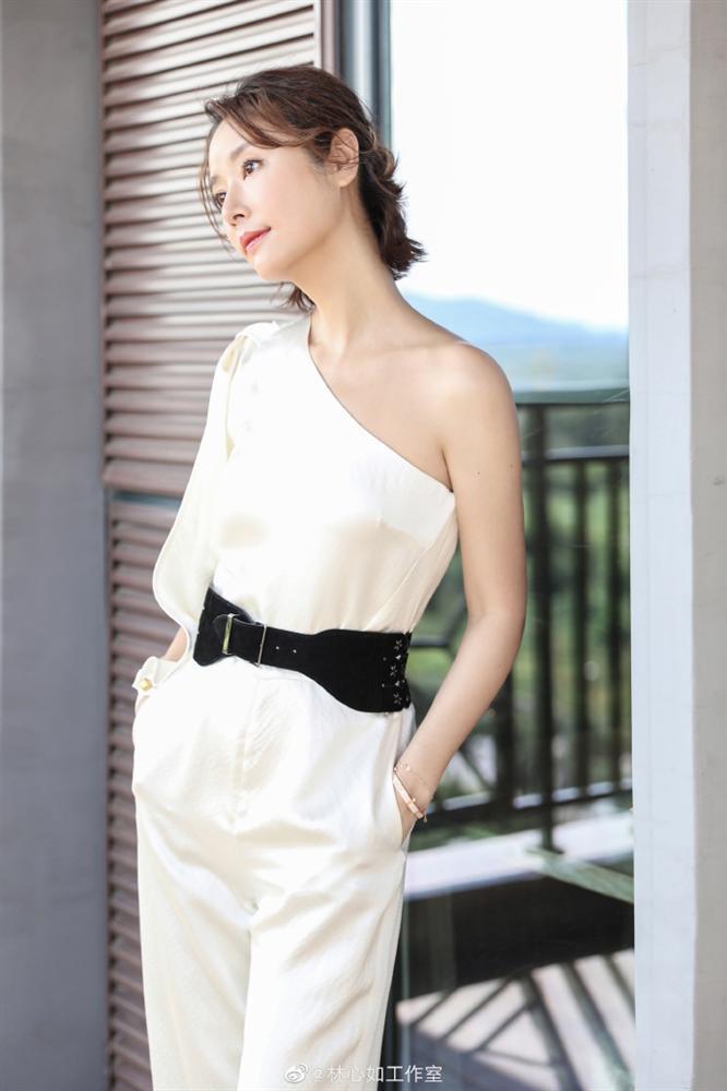 VZN News: Lâm Tâm Như đi giày cao gót, khoe dáng chuẩn, gián tiếp phủ nhận tin đồn mang bầu ở tuổi 43-2