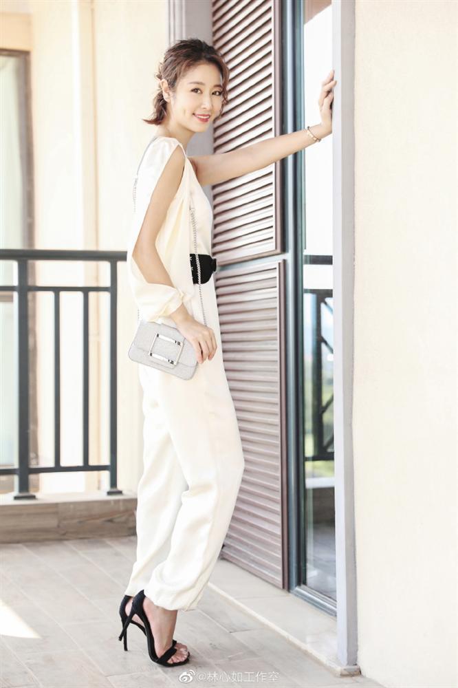 VZN News: Lâm Tâm Như đi giày cao gót, khoe dáng chuẩn, gián tiếp phủ nhận tin đồn mang bầu ở tuổi 43-4