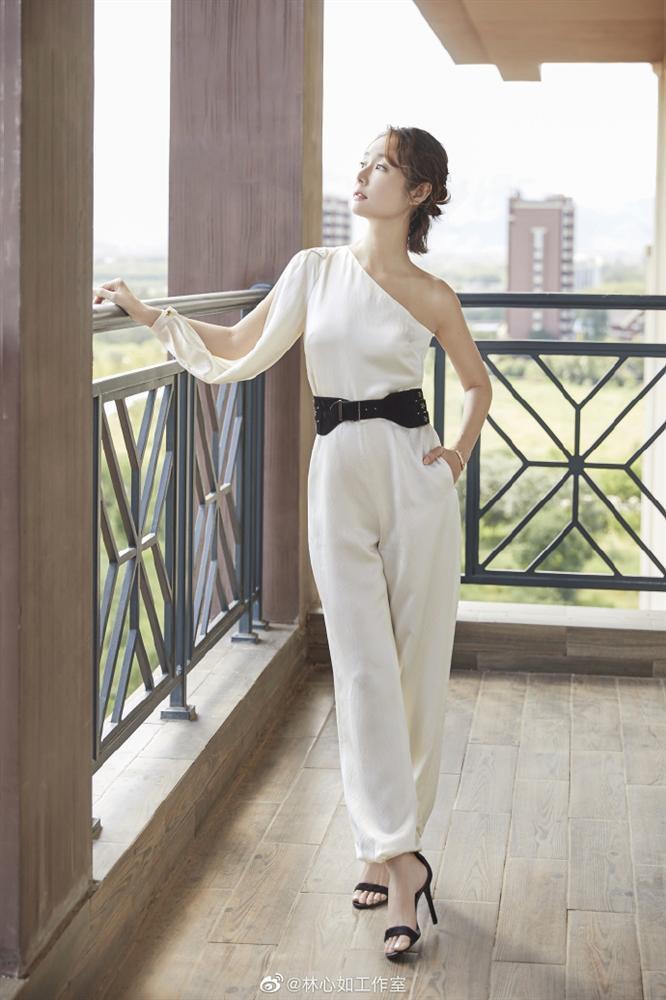 VZN News: Lâm Tâm Như đi giày cao gót, khoe dáng chuẩn, gián tiếp phủ nhận tin đồn mang bầu ở tuổi 43-6