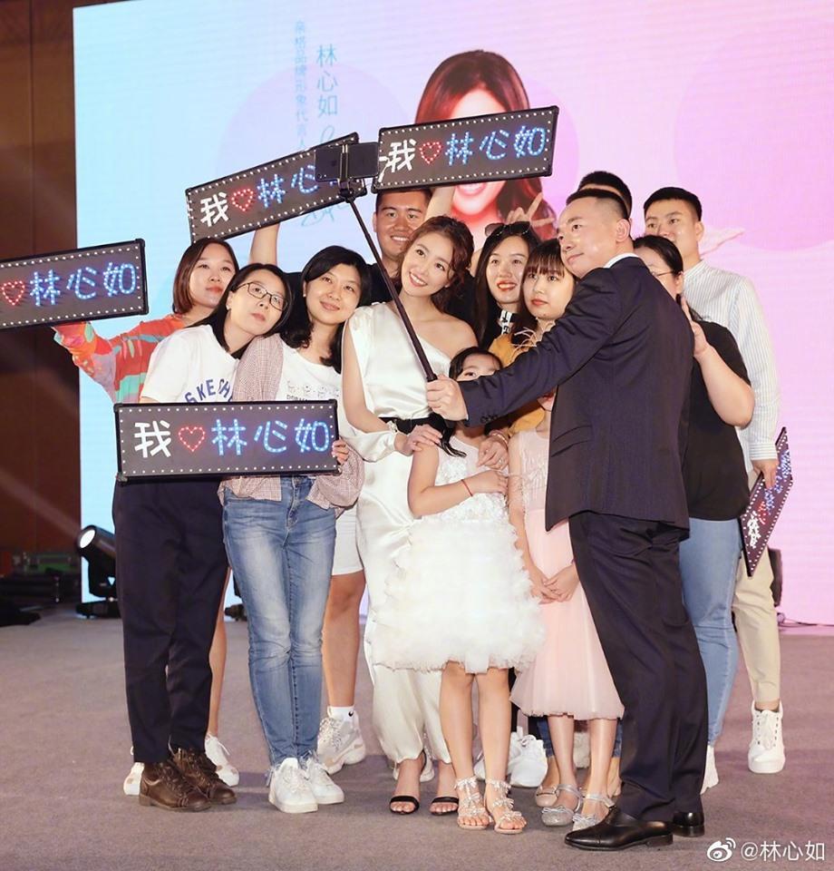 VZN News: Lâm Tâm Như đi giày cao gót, khoe dáng chuẩn, gián tiếp phủ nhận tin đồn mang bầu ở tuổi 43-8