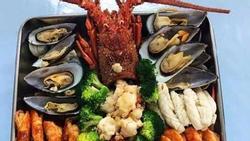 Choáng ngợp trước cơm ngập hải sản của nhân viên Huawei