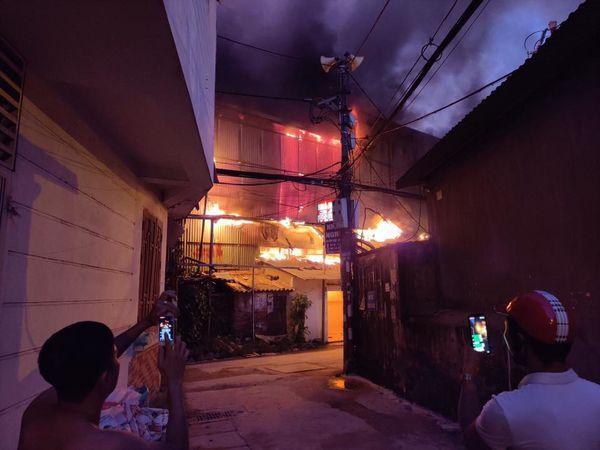 Đang cháy cực lớn kèm nhiều tiếng nổ tại nhà máy bóng đèn phích nước Rạng Đông, hàng chục công nhân lao vào cứu hàng-2
