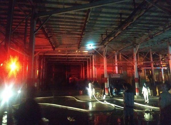 Đang cháy cực lớn kèm nhiều tiếng nổ tại nhà máy bóng đèn phích nước Rạng Đông, hàng chục công nhân lao vào cứu hàng-3