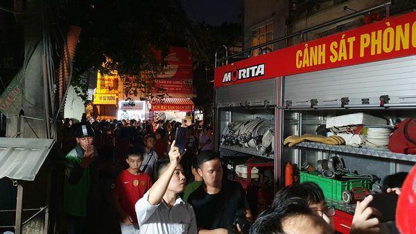 Đang cháy cực lớn kèm nhiều tiếng nổ tại nhà máy bóng đèn phích nước Rạng Đông, hàng chục công nhân lao vào cứu hàng-4