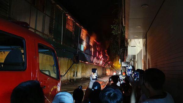Đang cháy cực lớn kèm nhiều tiếng nổ tại nhà máy bóng đèn phích nước Rạng Đông, hàng chục công nhân lao vào cứu hàng-5
