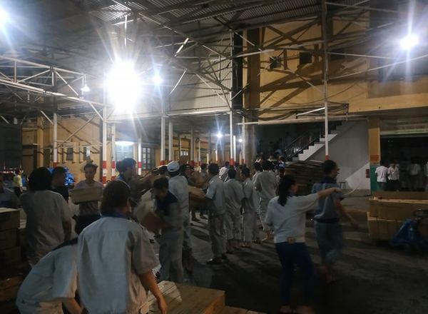 Đang cháy cực lớn kèm nhiều tiếng nổ tại nhà máy bóng đèn phích nước Rạng Đông, hàng chục công nhân lao vào cứu hàng-6