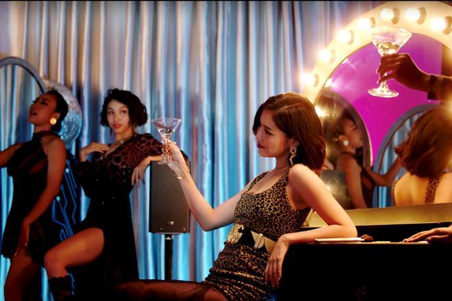 Bích Phương mặc váy lộ vòng một khiêm tốn trong MV Đi đu đưa đi-7