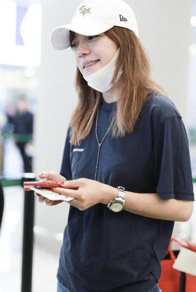 Triệu Vy hồn nhiên khoe mặt mộc già nua từ sân bay, phim trường đến chụp hình cùng Huỳnh Hiểu Minh-8