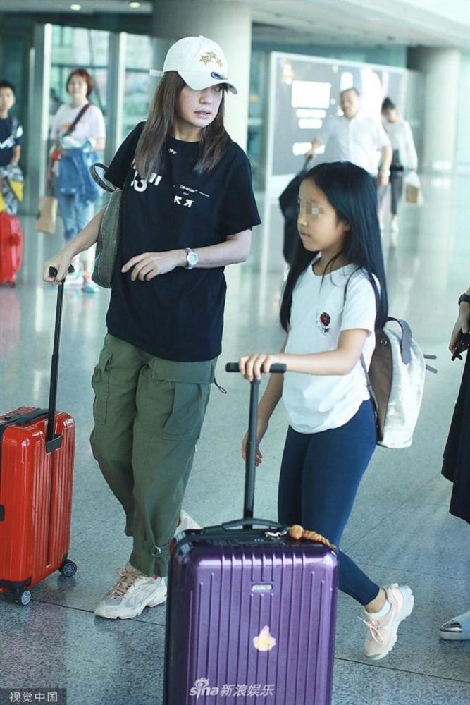 Triệu Vy hồn nhiên khoe mặt mộc già nua từ sân bay, phim trường đến chụp hình cùng Huỳnh Hiểu Minh-4