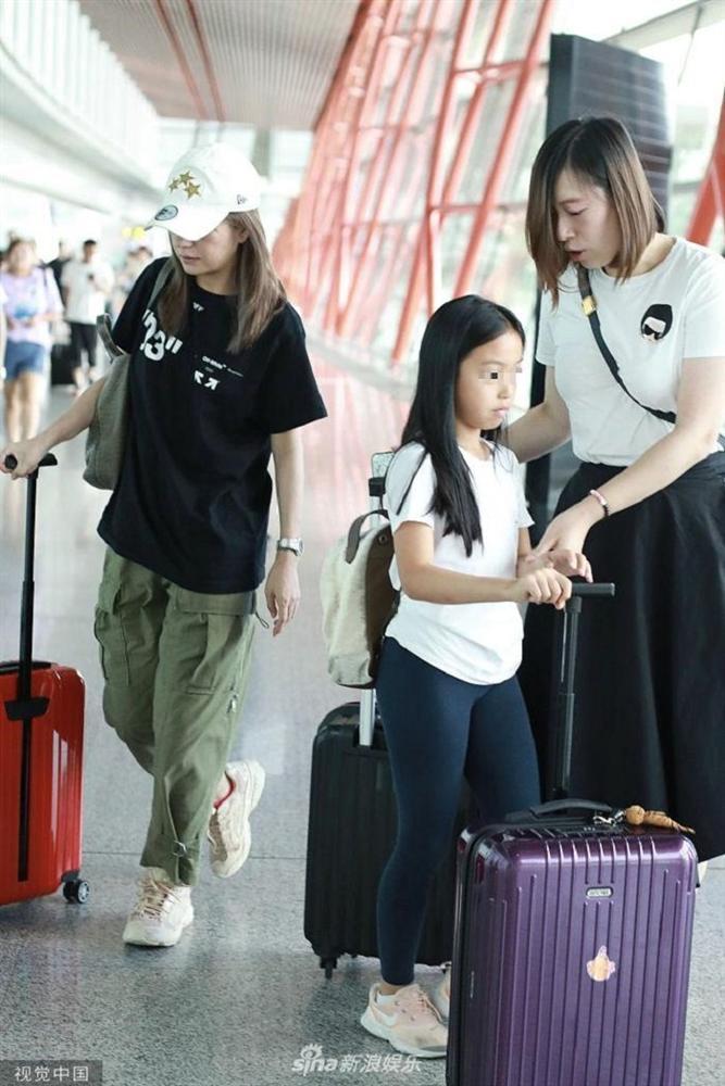 Triệu Vy hồn nhiên khoe mặt mộc già nua từ sân bay, phim trường đến chụp hình cùng Huỳnh Hiểu Minh-5
