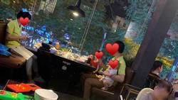 Sau vụ võ sư đánh vợ, hình ảnh anh chồng 1 tay chăm 2 con nhỏ để vợ thảnh thơi ngồi ăn tại nhà hàng được ca tụng hết lời