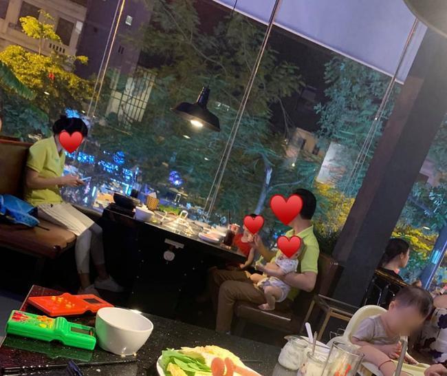 VZN News: Sau vụ võ sư đánh vợ, hình ảnh anh chồng 1 tay chăm 2 con nhỏ để vợ thảnh thơi ngồi ăn tại nhà hàng được ca tụng hết lời-2