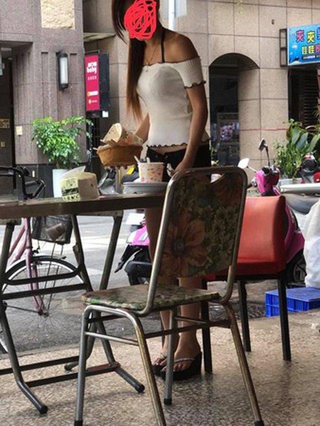 VZN News: Mặc áo ngắn cũn cỡn còn bonus thêm quần nửa gang tay, gái xinh gây sốc khi diện đồ hở hang đi ăn sáng-2