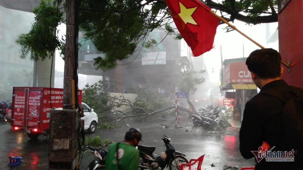 Giông lốc đánh úp, cây đổ la liệt giữa phố Hà Nội, một thanh niên tử vong-1
