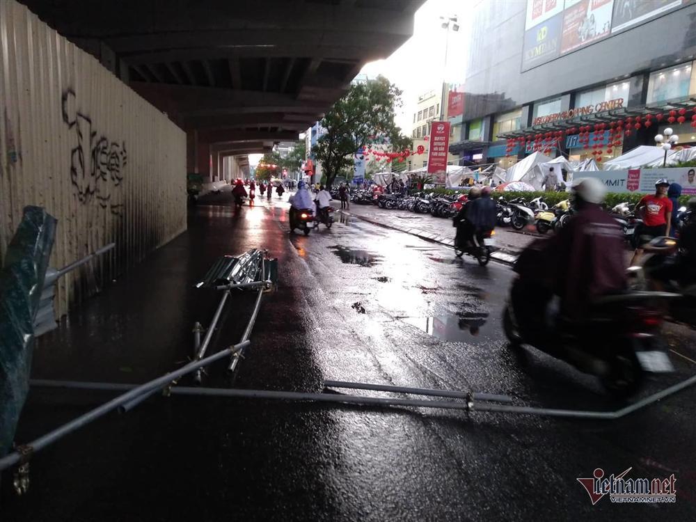 Giông lốc đánh úp, cây đổ la liệt giữa phố Hà Nội, một thanh niên tử vong-9