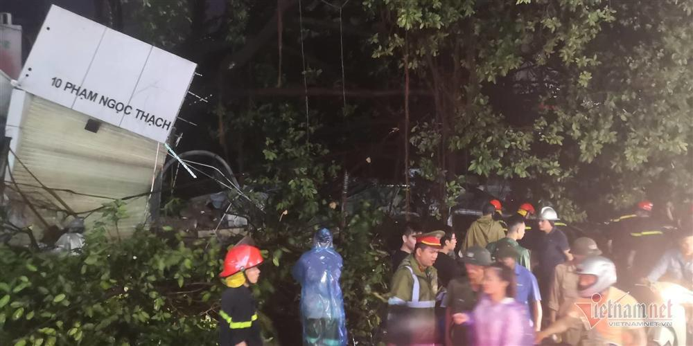 Giông lốc đánh úp, cây đổ la liệt giữa phố Hà Nội, một thanh niên tử vong-10
