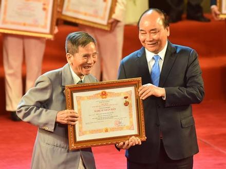 Nghệ sĩ Trần Hạnh xúc động khi nhận danh hiệu NSND ở tuổi 90