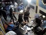 Nữ nhân viên cầm mã tấu chém đối thủ vụ hỗn chiến ở phố tây Sài Gòn-4