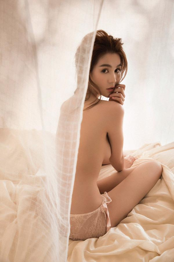 Ngọc Trinh cởi 100% ngoài biển Bali như muốn dằn mặt Bích Phương cái tội vừa tập tành sexy mà đã muốn vượt mặt chị?-10