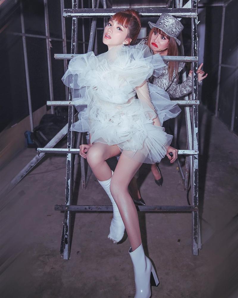 Diện chung váy bông tắm, tinh tế như Hương Giang đến Bùi Phương Nga, Quỳnh Châu đều bị chê xấu-4