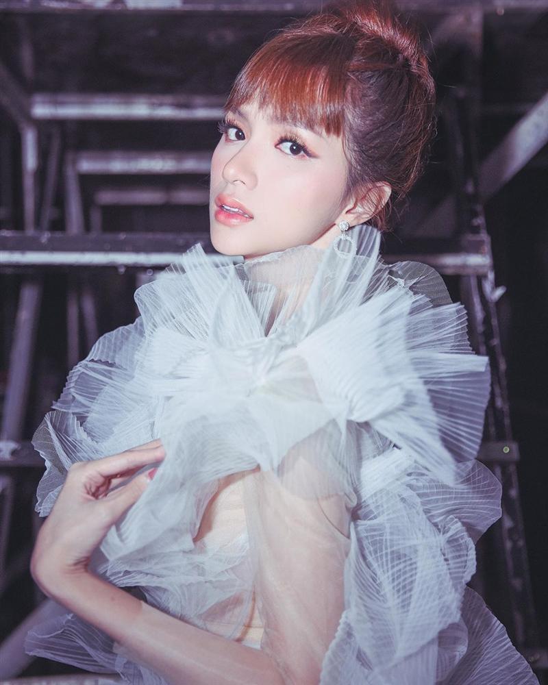 Nhìn sơ tưởng Hương Giang đi boots trắng siêu ăn ý với váy mà nhìn kỹ thì đau lòng vô cùng-5