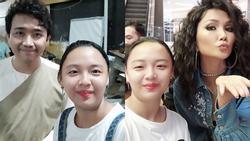 Fan cuồng chiếm spotlight với 'gương mặt bất biến' khi selfie cùng hầu hết celeb Việt