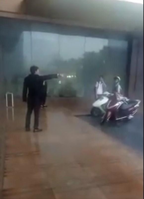 Clip: Trời mưa giông giật đùng đùng, 2 mẹ con vào sảnh khách sạn lớn trú mưa bị người đàn ông đuổi thẳng cổ-1