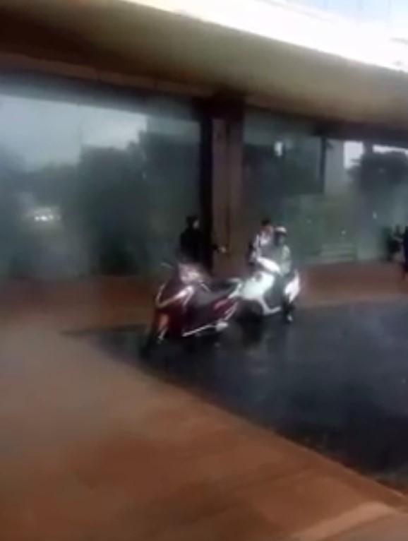 Clip: Trời mưa giông giật đùng đùng, 2 mẹ con vào sảnh khách sạn lớn trú mưa bị người đàn ông đuổi thẳng cổ-2