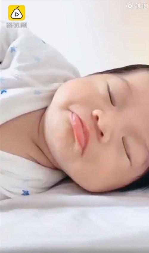 Mạng xã hội xôn xao trước màn dậy thì của em bé sơ sinh sau 3 tháng chào đời-4