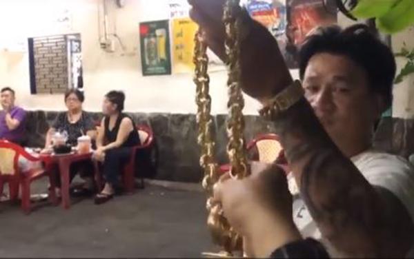 Người đàn ông ở Sài Gòn gây sốc khi đeo 100 cây vàng trên người chỉ để đứng bán ốc-1
