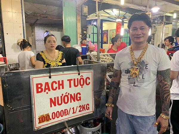 Người đàn ông ở Sài Gòn gây sốc khi đeo 100 cây vàng trên người chỉ để đứng bán ốc-3