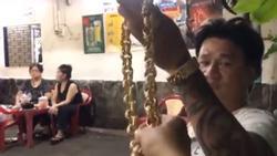 Người đàn ông ở Sài Gòn gây sốc khi đeo 100 cây vàng trên người chỉ để đứng bán ốc