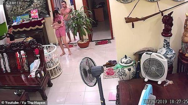 Vụ võ sư Việt Nam đánh vợ đang ôm con đến nhập viện lên cả báo nước ngoài-1