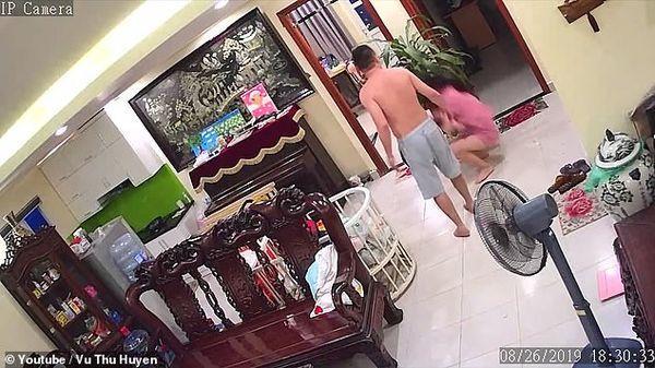 Vụ võ sư Việt Nam đánh vợ đang ôm con đến nhập viện lên cả báo nước ngoài-2