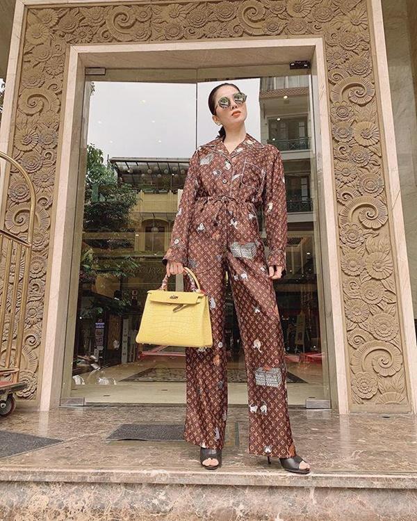 Lệ Quyên đu trend lấy váy làm gối muộn nhưng bộ phụ kiện giá bằng cả căn biệt thự thì vô đối-4