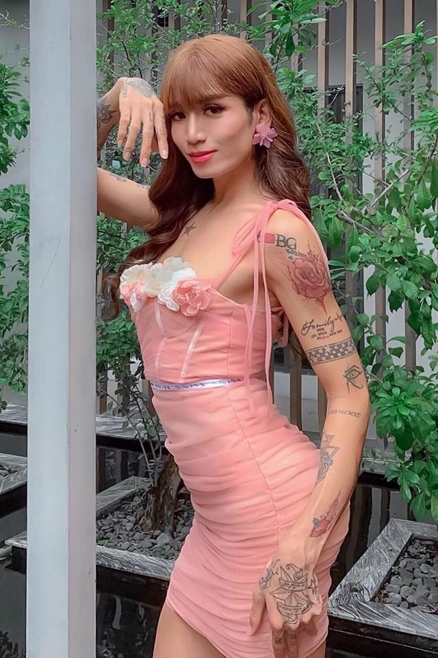 Chả phải lần đầu tiên giả gái nhưng BB Trần khiến cả showbiz Việt vào tranh cãi về bộ ngực khủng và mái tóc-3