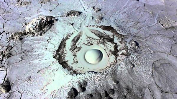 Kỳ lạ ngọn núi lửa hình mắt người ở Nga-1