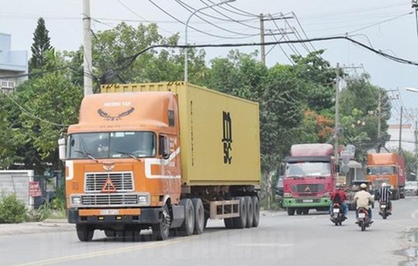VZN News: Thót tim khi cả gia đình thoát chết trong gang tấc trước bánh xe container-1