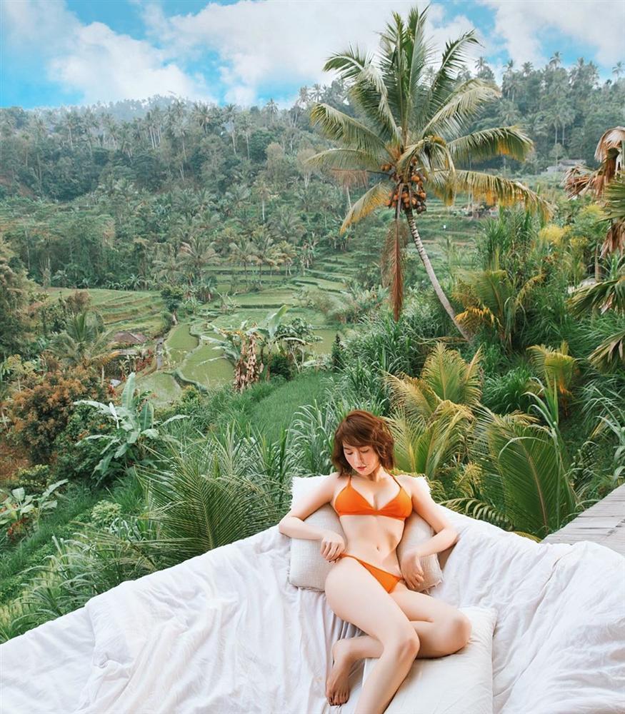 Chẳng ai như Ngọc Trinh: ra biển thì khỏa thân, mặc bikini lại check in giữa rừng cây-4