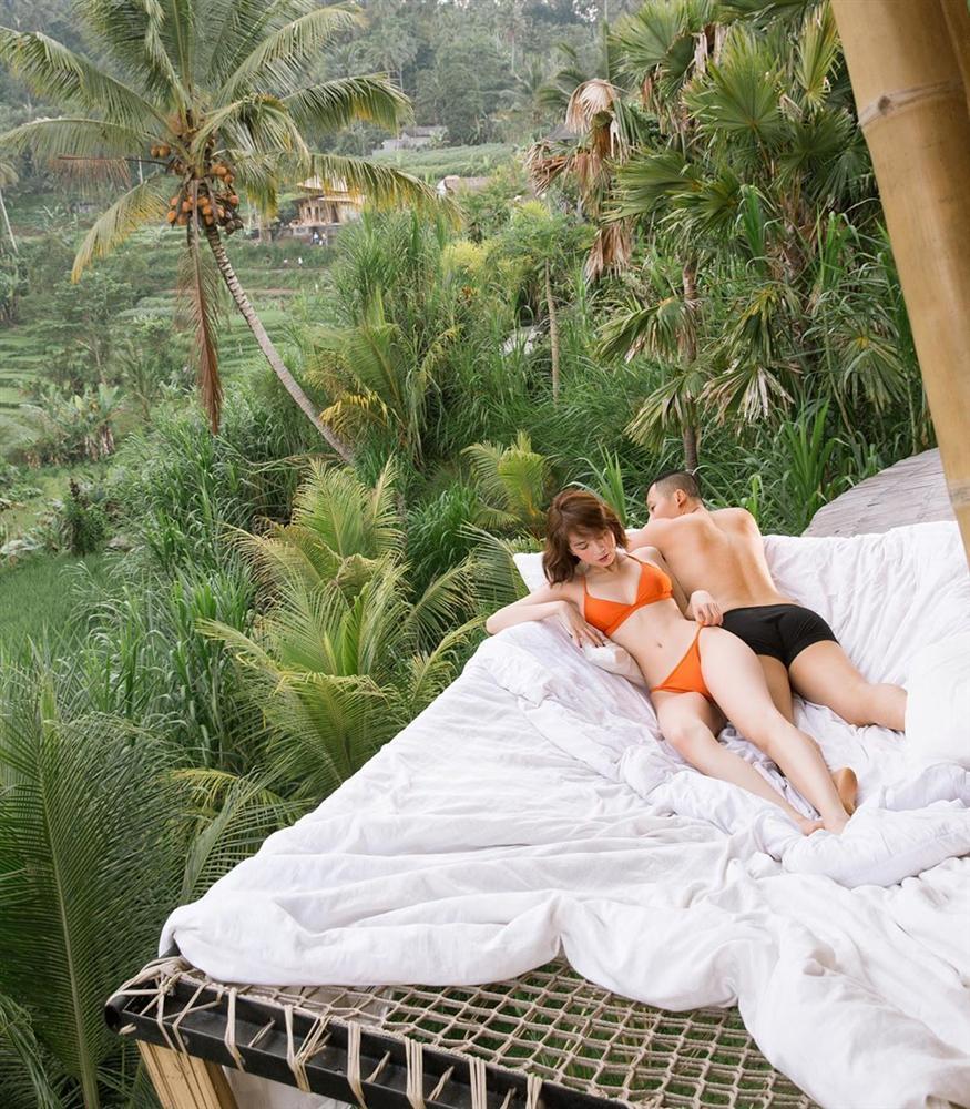 Chẳng ai như Ngọc Trinh: ra biển thì khỏa thân, mặc bikini lại check in giữa rừng cây-10