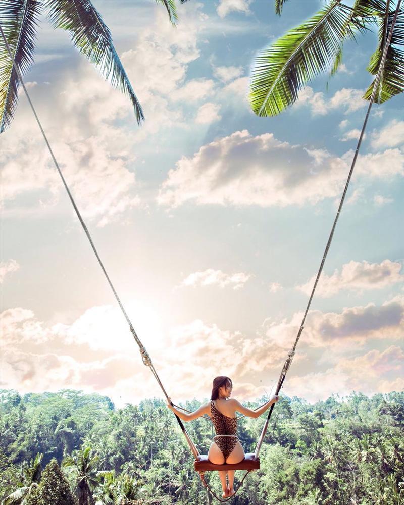 Chẳng ai như Ngọc Trinh: ra biển thì khỏa thân, mặc bikini lại check in giữa rừng cây-2