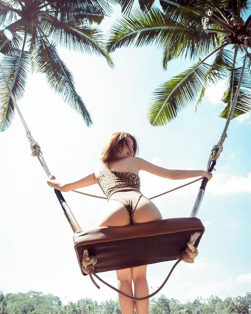 Chẳng ai như Ngọc Trinh: ra biển thì khỏa thân, mặc bikini lại check in giữa rừng cây-3