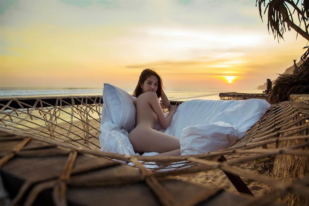 Chẳng ai như Ngọc Trinh: ra biển thì khỏa thân, mặc bikini lại check in giữa rừng cây-1