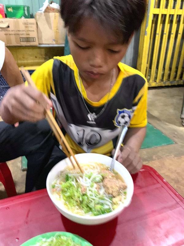 VZN News: Xôn xao bé trai 13 tuổi tự lái xe máy chạy gần 300km từ Kon Tum đến Đắk Lắk-2