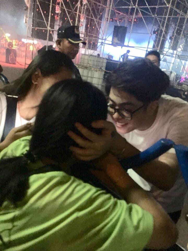 VZN News: Khoảnh khắc Bùi Anh Tuấn nựng má dỗ fan nữ nín khóc khiến dân tình phát cuồng: Nhìn anh là muốn lấy chồng-2