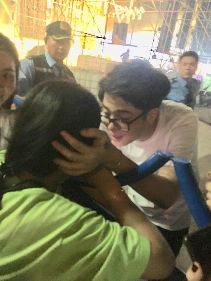VZN News: Khoảnh khắc Bùi Anh Tuấn nựng má dỗ fan nữ nín khóc khiến dân tình phát cuồng: Nhìn anh là muốn lấy chồng-3