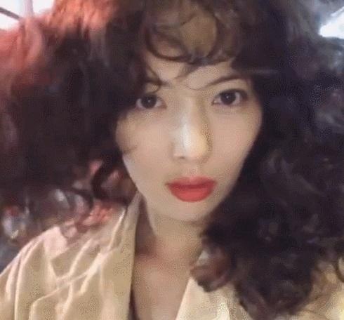 HyunA ăn mặc lôi thôi, để tóc xoăn xù rối bời đầu to gấp 3 lần người khác-6