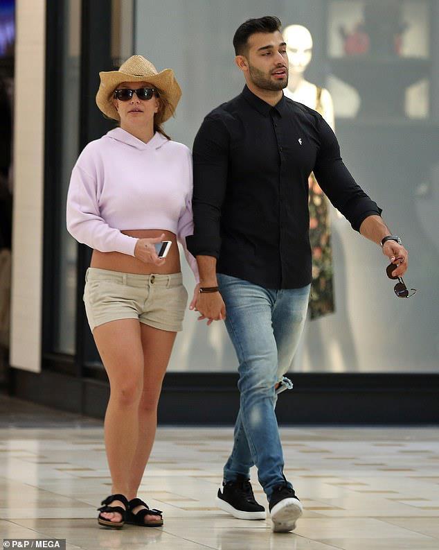 Britney Spears bị chê ăn mặc thảm hoạ khi ở bên tình trẻ kém 13 tuổi-1