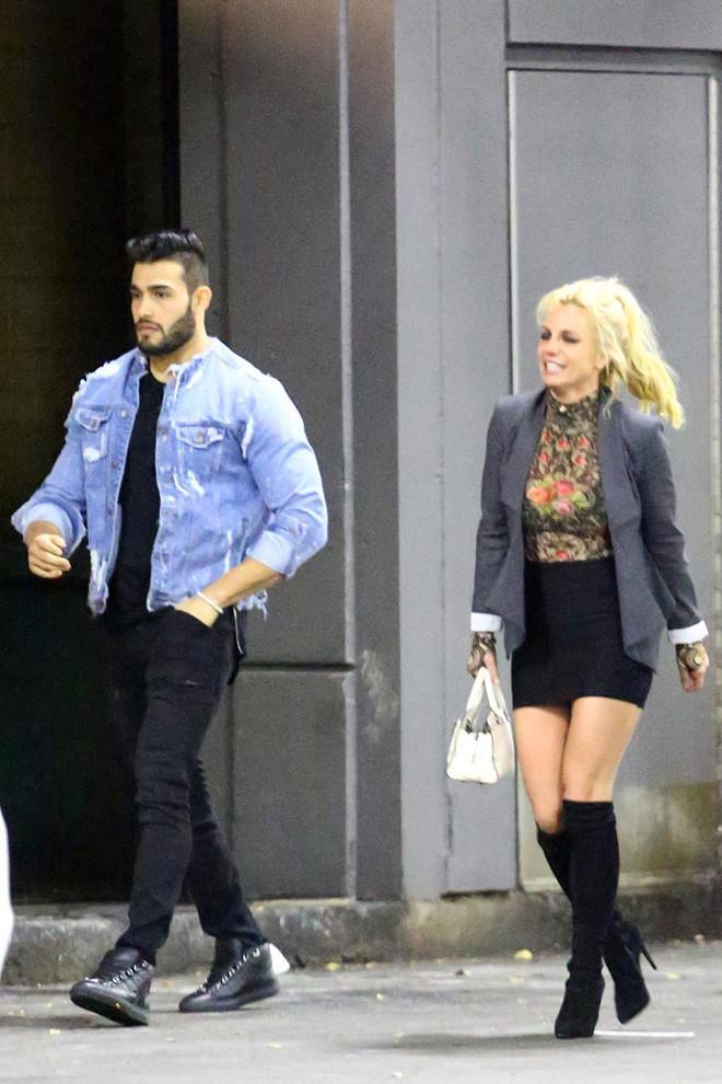 Britney Spears bị chê ăn mặc thảm hoạ khi ở bên tình trẻ kém 13 tuổi-2