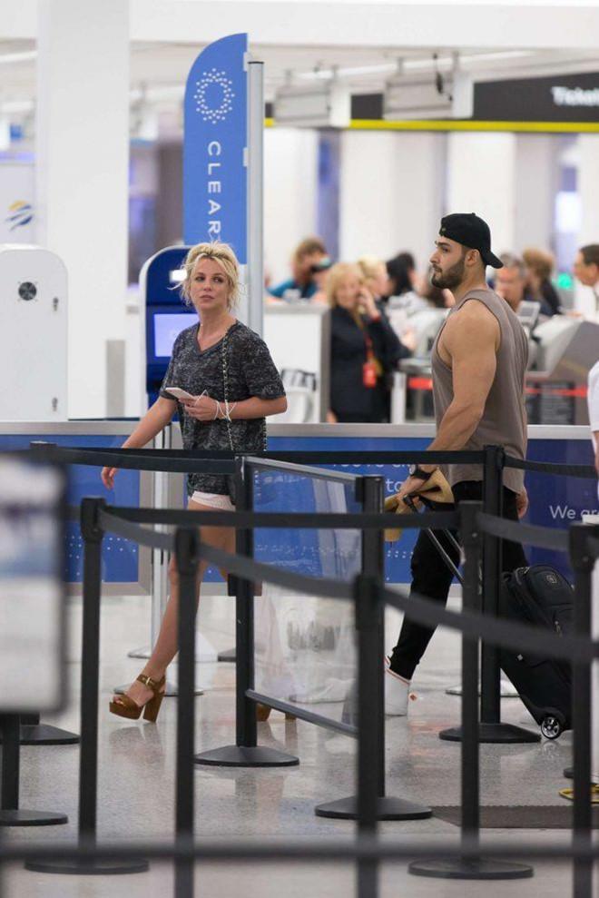 Britney Spears bị chê ăn mặc thảm hoạ khi ở bên tình trẻ kém 13 tuổi-3